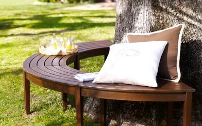 Декоративни клупи околу дрвја за летни тераси
