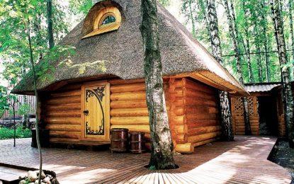 Бајковита сауна со покрив од трска во Русија