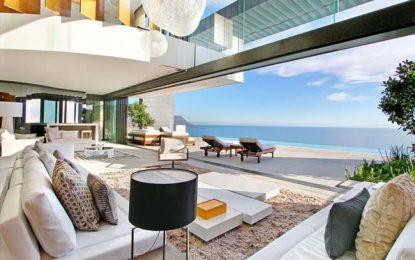 Поглед кон морето од луксузни вили низ светот